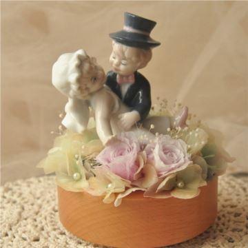 永生花男孩抱女孩旋转八音盒音乐盒创意结婚周年纪念品送老婆男女生