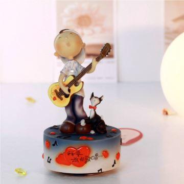 台湾万山正品男孩弹吉他它旋转音乐盒八音盒创意送男女生日情人节礼物