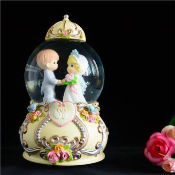 Sankyo18音婚礼情侣旋转飘雪花水晶球八音盒音乐盒情创意生日人节礼物